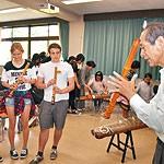 留学生に和の音色 箏・尺八デュオ「ゆるりら」 和大で出前授業