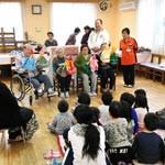 高齢者が子どもに人形劇 児童養護施設を慰問