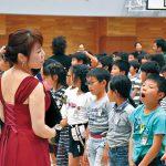 合唱団と歌声重ねて〜伏虎義務教育学校 プロから歌い方習う