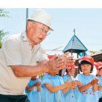 昔遊びで名草幼稚園児が住民と交流