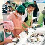 小中学生が魚調理体験