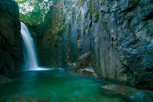 滝物語⑪ 岩壁囲む〝秘密の滝〟〜部屋滝 (新宮市)