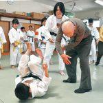 柔道教室で世代間交流